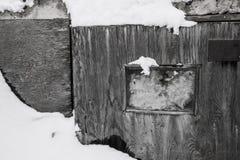 Γραπτή παλαιά πόρτα μετά από μια θύελλα χιονιού Στοκ φωτογραφία με δικαίωμα ελεύθερης χρήσης