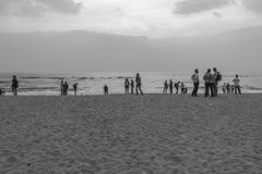 Γραπτή σκιαγραφία της ομάδας φίλων και οικογένειας που έχουν τον ειρηνικό και ελεύθερο χρόνο στοκ εικόνες
