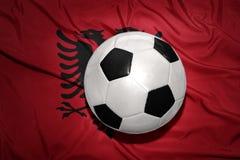 Γραπτή σφαίρα ποδοσφαίρου στη εθνική σημαία της Αλβανίας Στοκ φωτογραφία με δικαίωμα ελεύθερης χρήσης