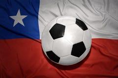 Γραπτή σφαίρα ποδοσφαίρου στη εθνική σημαία της Χιλής Στοκ εικόνα με δικαίωμα ελεύθερης χρήσης