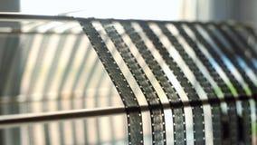 Γραπτή ταινία 16mm στο στεγνωτήρα ξετυλίγει Το άτομο την ξετυλίγει απόθεμα βίντεο
