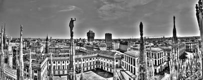 Γραπτή φωτογραφία πανοράματος των μαρμάρινων αγαλμάτων του Di Duomo καθεδρικών ναών Μιλάνο στην πλατεία, εικονική παράσταση πόλης Στοκ Φωτογραφίες