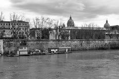 Γραπτή φωτογραφία Ρώμη: Βάρκες στον ορίζοντα πόλεων εκκλησιών ποταμών Tiber Στοκ φωτογραφία με δικαίωμα ελεύθερης χρήσης
