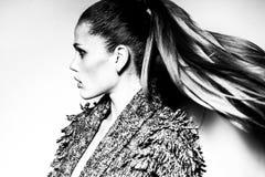 Γραπτή φωτογραφία της όμορφης γυναίκας με τη θαυμάσια τρίχα η μόδα σεντονιών βάζει τις σαγηνευτικές νεολαίες λευκών γυναικών φωτο Στοκ εικόνες με δικαίωμα ελεύθερης χρήσης