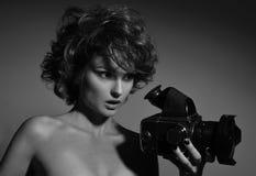 Γραπτή φωτογραφία της όμορφης γυναίκας μόδας, πρότυπο με τη κάμερα φωτογραφιών Στοκ εικόνες με δικαίωμα ελεύθερης χρήσης