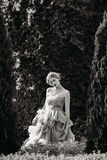 Γραπτή φωτογραφία της όμορφης τοποθέτησης κοριτσιών στο δάσος Στοκ Εικόνα