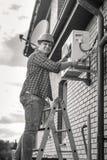 Γραπτή φωτογραφία του ατόμου που επισκευάζει τη στάση κλιματιστικών μηχανημάτων Στοκ εικόνες με δικαίωμα ελεύθερης χρήσης
