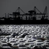 Γραπτή φωτογραφία των αυτοκινήτων που σταθμεύουν στο λιμένα Στοκ Φωτογραφίες