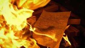 Γραπτή χέρι επιστολή που τίθεται στην πυρκαγιά - γενικό περιεχόμενο απόθεμα βίντεο