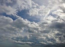 Γραπτοί σύννεφα και ουρανός strom Στοκ φωτογραφία με δικαίωμα ελεύθερης χρήσης