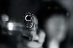 Γραπτός, γυναίκα που δείχνει ένα παλαιό πυροβόλο όπλο το μέτωπο με ένα χέρι στοκ εικόνες