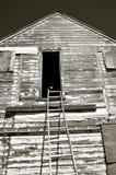 Γραπτός) η καμμμένη σκάλα φθάνει σε μια πόρτα σιτοβολώνων Στοκ εικόνα με δικαίωμα ελεύθερης χρήσης