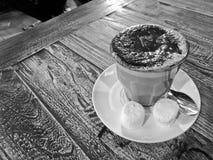 Γραπτός καυτός κρεμώδης καφές σοκολάτας mocca που εξυπηρετείται σε ένα wo Στοκ Φωτογραφίες