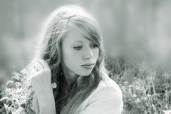 Γραπτός με ένα τονίζοντας πορτρέτο ενός νέου κοριτσιού, κατ' ευθείαν στοκ εικόνες