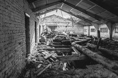 Γραπτός - ο εγκαταλειμμένος μύλος ξυλείας, ο ρύπος, ξεσκονίζει τον παλαιό πίνακα Στοκ φωτογραφία με δικαίωμα ελεύθερης χρήσης