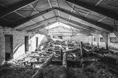Γραπτός - παλαιός εγκαταλειμμένος μύλος ξυλείας στη θερινή ηλιόλουστη ημέρα Στοκ φωτογραφία με δικαίωμα ελεύθερης χρήσης