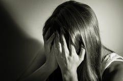 Γραπτός που φιλτράρεται του λυπημένου κοριτσιού Στοκ φωτογραφία με δικαίωμα ελεύθερης χρήσης