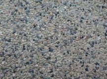 Γραπτό αμμοχάλικο μιγμάτων στο συγκεκριμένο υπόβαθρο σύστασης Στοκ Φωτογραφία
