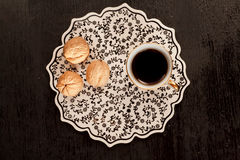 Γραπτό διαμορφωμένο κεραμίδι στο τουρκικό καλλιτεχνικό ύφος, τα ξύλα καρυδιάς και το φλιτζάνι του καφέ Στοκ Εικόνα