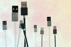 Γραπτό καλώδιο USB υπό μορφή χεριών ανδρών και μιας εκμετάλλευσης γυναικών Υποστηρίξτε μερικά γραπτά μικρά καλώδια παιδιών USB E Στοκ Εικόνες