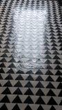 Γραπτό κεραμωμένο πάτωμα που απεικονίζει το φως από μια πόρτα στοκ φωτογραφία με δικαίωμα ελεύθερης χρήσης