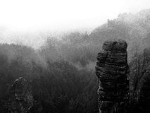 Γραπτό ορμούμενο αναδρομικό σκίτσο Ξημερώματα φθινοπώρου, κοιλάδα πτώσης Αιχμές και λόφοι ψαμμίτη που αυξάνονται από τη βαριά υδρ Στοκ Εικόνες