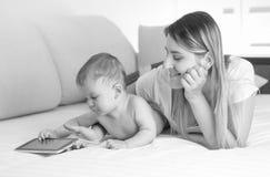 Γραπτό πορτρέτο του αγοριού μικρών παιδιών που εναπόκειται στη μητέρα στα κινούμενα σχέδια κρεβατιών και προσοχής στην ψηφιακή τα Στοκ φωτογραφία με δικαίωμα ελεύθερης χρήσης