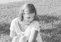 Γραπτό πορτρέτο του νέου smilling κοριτσιού Ειλικρινείς συγκινήσεις Στοκ Εικόνα