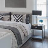 Γραπτό σύγχρονο ύφος κρεβατοκάμαρων με το σύγχρονο κρεβάτι στοκ εικόνες