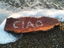 Γραπτό CIAO είναι ένας ξύλινος φλοιός στην παραλία Στοκ Εικόνες