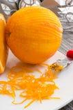 Γρατσουνισμένες πορτοκαλιές και λεπτές μπούκλες της πορτοκαλιάς φλούδας Στοκ Εικόνες