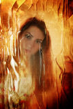 Γρατσουνισμένη βρώμικη επίδραση στο πρόσωπο κοριτσιών φωτογραφιών πίσω από το βρώμικο γυαλί Στοκ Φωτογραφίες
