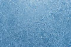 Γρατσουνισμένη επιφάνεια της αίθουσας παγοδρομίας πάγου που σκορπίζεται με τα shards Στοκ Εικόνες