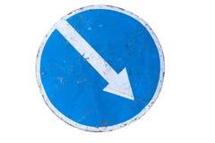 Γρατσουνισμένος γύρω από το μπλε οδικό σημάδι ` κρατήστε σωστό ` απομονωμένο στο λευκό Στοκ Εικόνα