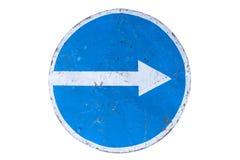 Γρατσουνισμένος γύρω από το μπλε οδικό σημάδι ` κρατήστε σωστό ` απομονωμένο στο λευκό Στοκ φωτογραφίες με δικαίωμα ελεύθερης χρήσης