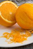 Μέρη του πορτοκαλιού στο άσπρο πιάτο Στοκ εικόνα με δικαίωμα ελεύθερης χρήσης