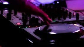 Γρατσούνισμα του DJ στο μηχάνημα αναπαραγωγής CD απόθεμα βίντεο