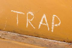 Γραφή παγίδων με την κιμωλία στο πορτοκαλί υπόβαθρο μετάλλων Στοκ Εικόνες