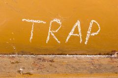 Γραφή παγίδων με την κιμωλία στο πορτοκαλί υπόβαθρο μετάλλων Στοκ φωτογραφίες με δικαίωμα ελεύθερης χρήσης