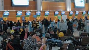 Γραφεία και σαλόνι εγγραφής με τους ανθρώπους στο τελικό Δ του αερολιμένα Sheremetyevo φιλμ μικρού μήκους