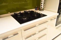 Γραφεία κουζινών και σύγχρονος φούρνος Στοκ Φωτογραφία