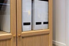 Γραφεία με τους φακέλλους σε ένα σύγχρονο γραφείο στοκ φωτογραφία με δικαίωμα ελεύθερης χρήσης
