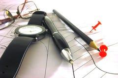 Γραφείου μολύβι, ρολόι και γυαλιά στο σχέδιο στοκ εικόνες