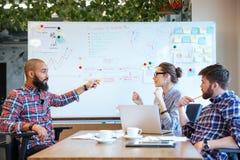γραφείο ένα επιχειρηματιών επιχειρησιακών επιχειρηματιών άλλο τηλέφωνο ανθρώπων που μιλά μαζί δύο που λειτουργούν στοκ φωτογραφίες