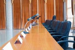 Γραφείο ή πίνακας και έδρα πολυτέλειας στην αίθουσα συνεδριάσεων Στοκ εικόνα με δικαίωμα ελεύθερης χρήσης