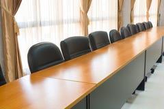 Γραφείο ή πίνακας και έδρα πολυτέλειας στην αίθουσα συνεδριάσεων Στοκ φωτογραφία με δικαίωμα ελεύθερης χρήσης