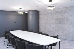 Γραφείο για τις συνεδριάσεις στο γραφείο Ένας μεγάλος πίνακας για τις διαπραγματεύσεις στο εμπορικό κέντρο Ένα δωμάτιο για τις δι Στοκ εικόνες με δικαίωμα ελεύθερης χρήσης