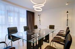 Γραφείο γραφείων για τις διαπραγματεύσεις και τις συνεδριάσεις στο ύφος της υψηλής τεχνολογίας Στοκ Φωτογραφία
