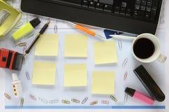 Γραφείο γραφείων, ελεύθερο διάστημα αντιγράφων στις κολλώδεις σημειώσεις Στοκ Εικόνες