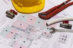 Γραφείο γραφείων με τις υδραυλικές συναρμολογήσεις, το κράνος και το ακτινοβόλο σχέδιο πατωμάτων στοκ εικόνες με δικαίωμα ελεύθερης χρήσης